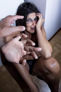 Beruset kvinne forsøker å verge seg mot vold